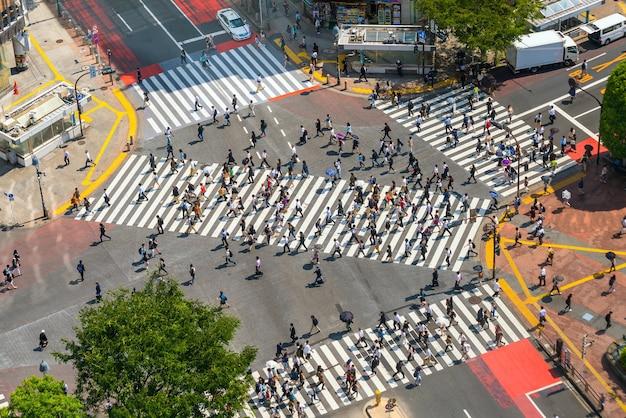 Shibuya crossing vanaf bovenaanzicht overdag in tokio, japan