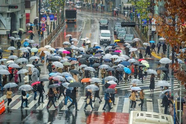 Shibuya crossing vanaf bovenaanzicht (regenseizoen) in tokio, japan