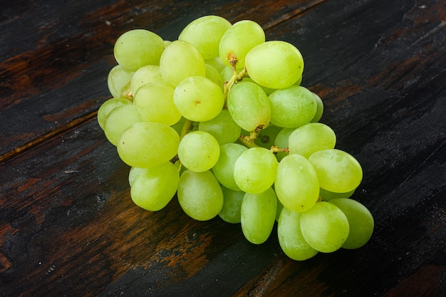 Shine grape fruit set, groen fruit, op oude donkere houten tafel