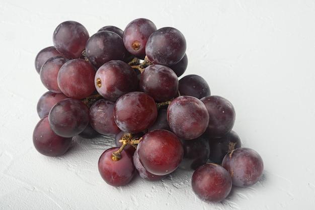 Shine grape fruitstel, donkerrood fruit, op witte stenen tafel