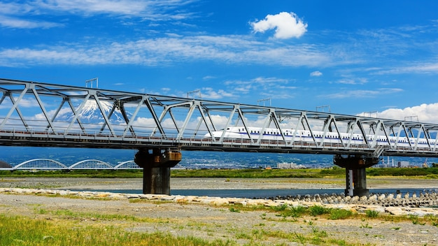 Shinkansen traint met mt. fuji-uitzicht
