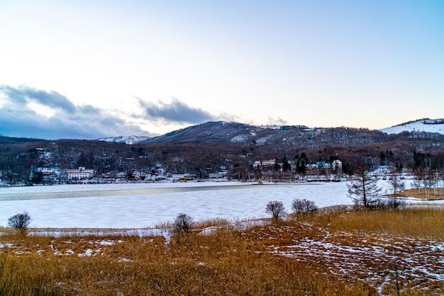 Shirakaba meer in japan met sneeuw