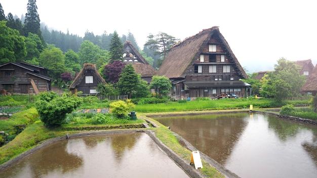 Shirakawa-go dorp in de regenachtige dag en het oude vintage stijlhuis in japan.