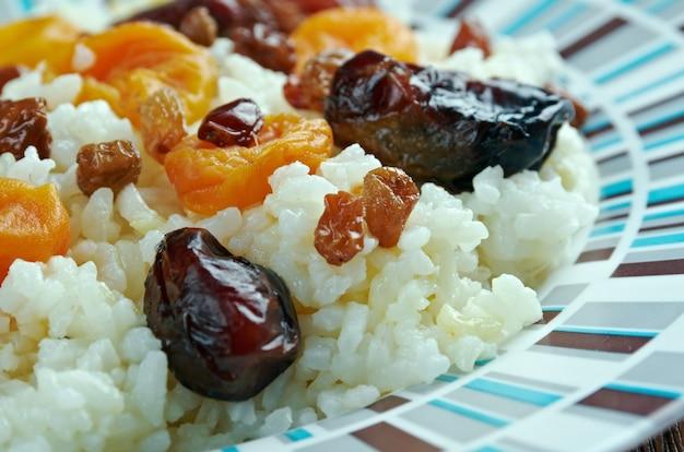 Shirin pilaf zoete pilaf met gedroogde abrikozen rozijnen en dadels azerbeidzjaanse keuken