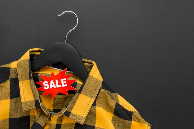 Shirt op hanger cyber maandag concept
