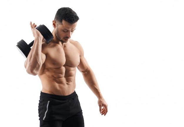 Shirtless bodybuilder met halter op schouder.