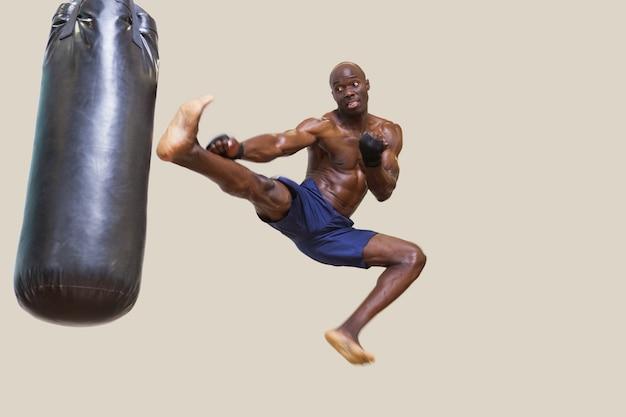 Shirtless gespierde bokszak bokszak schoppen