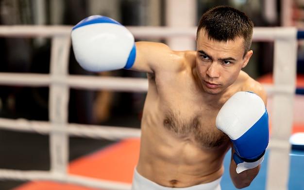 Shirtless mannelijke bokser oefenen in de ring