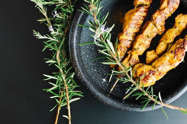 Shish kebab en rozemarijn in pan