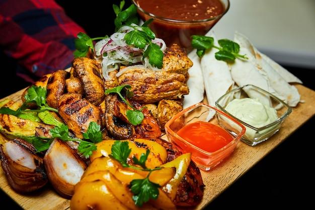 Shish kebab met gegrilde groenten lavash en sauzen