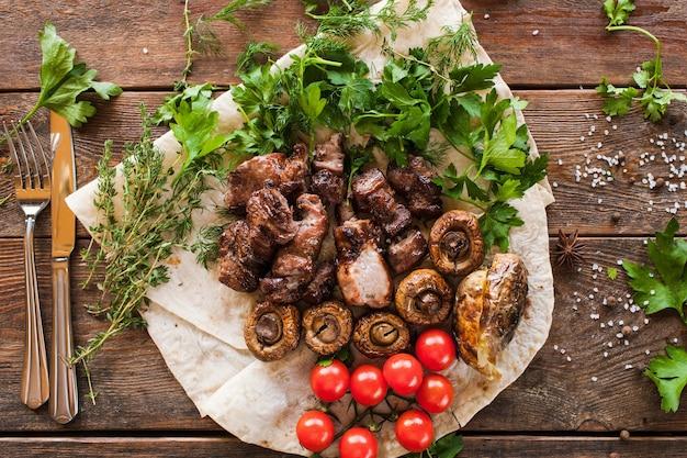 Shish-kebab met gegrilde groenten op lavash.