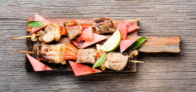 Shish kebab met watermeloen garnituur
