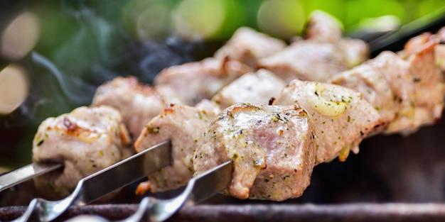 Shish kebab spies grill. heerlijke achtergrond van gebraden varkensvlees, rundvlees. het concept van zomerpicknick.
