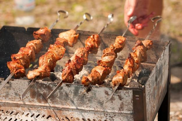 Shish kebabin in vuurpot grillen
