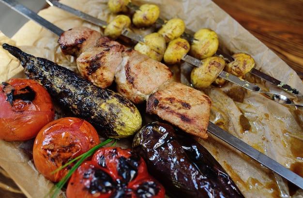 Shish kebabs van varkensvlees, tomaten, champignons, courgette. kaukasische keuken. favoriete eten voor heren