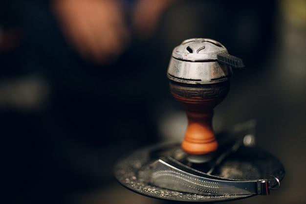 Shisha waterpijp hete kolen en tabak voor roken en vrije tijd.