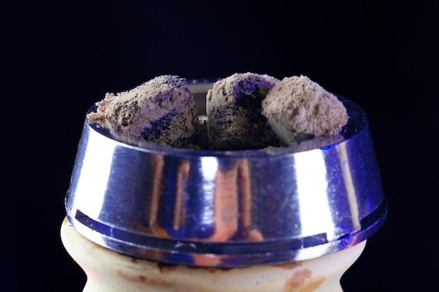 Shisha waterpijp met hete kolen op zwarte achtergrond close-up