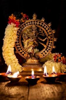 Shiva nataraja met diwali-lichten