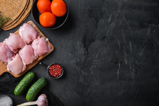 Shoarma-ingrediënten, kippenvlees plat leggen met kopie ruimte