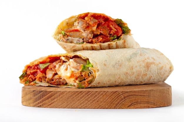 Shoarma, rol in lavash, gegrild vlees, met groenten, sandwich, gesneden op een witte achtergrond, horizontaal, copy spase