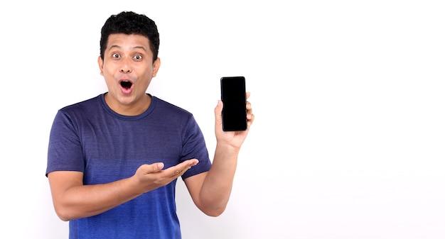 Shock en verrassing gezicht van aziatische man die slimme telefoon op wit presenteert