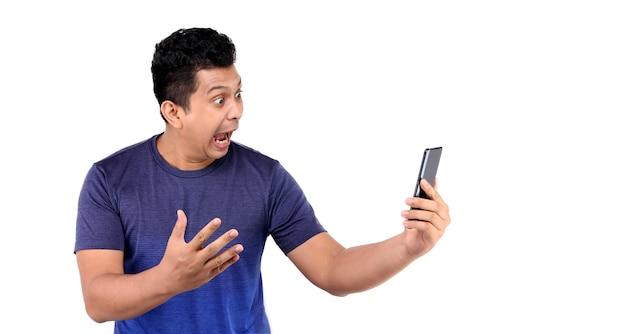 Shock en verrassing gezicht van aziatische man die slimme telefoon presenteert op whit