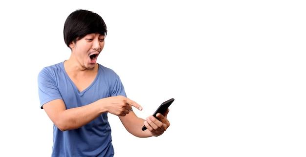Shock en verrassing gezicht van aziatische man die slimme telefoon presenteert op witte achtergrond