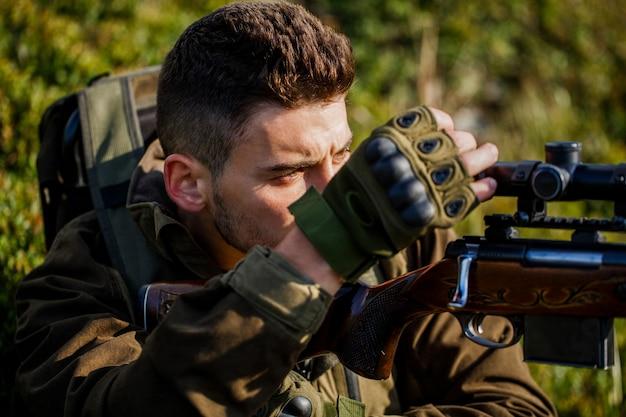 Shooter waarneming in het doel. de man is op jacht. hunt jachtgeweer.