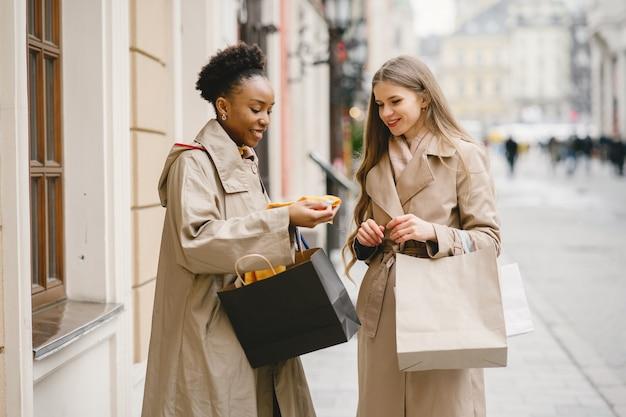 Shop dag. internationale vriendinnen. vrouwen in een stad.