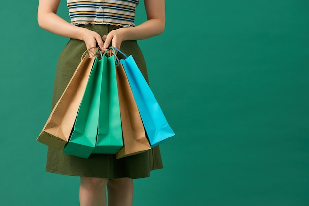 Shopaholic vrouw met veelkleurige pakketten in de hand