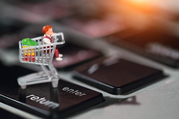 Shopper druk op enter op het toetsenbord van de computer als online betaling vanuit huis