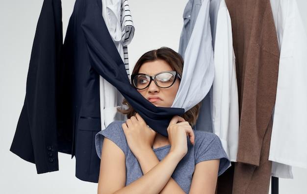 Shopper in de winkel in de buurt van modieuze kleding op een lichte achtergrond mode-stijl