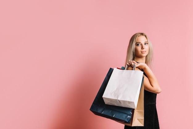 Shopper met papieren zakken