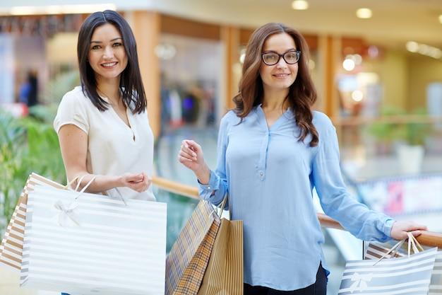 Shoppers in het winkelcentrum