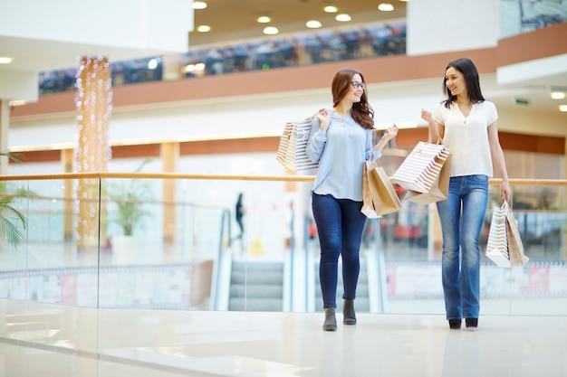 Shoppers praten in het midden