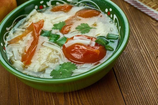 Shorba fish ogurdzhalinskaya, turkmeense keuken, traditionele geassorteerde gerechten, bovenaanzicht.