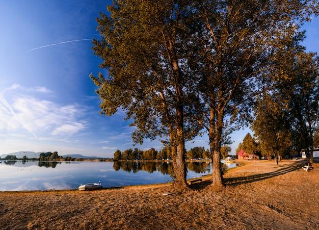 Shore in de buurt van het meer