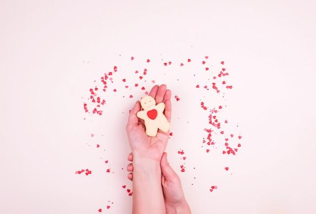 Shortbread koekjes in de vorm van een man met een hart, een klein decor van harten, snoep.