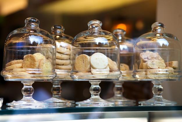 Shortbread-koekjes in italiaanse stijl op display in glazen dozen