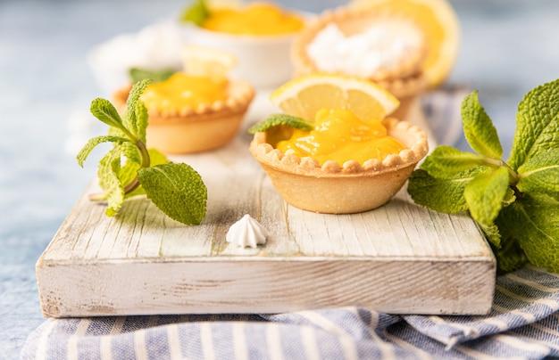 Shortbread taartje gevuld met lemon curd munt en citroen en mini meringue