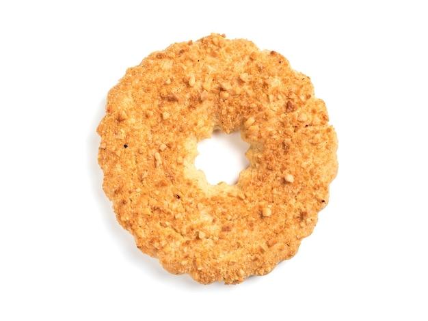 Shortcrust ring geïsoleerd op wit met uitknippad. traditionele russische zandkoekkoekjes van de cakering met pinda's