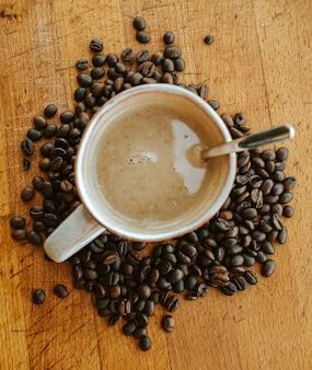 Shot van bovenaf van een kopje koffie met warme tinten