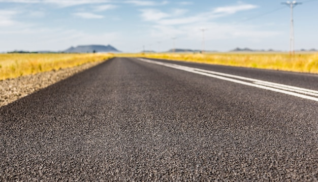 Shot van de asfaltweg tussen velden, zuid-afrika