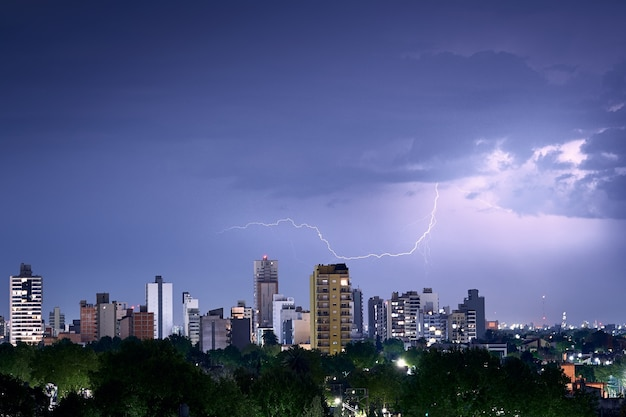 Shot van de blikseminslag op de skyline van de stad