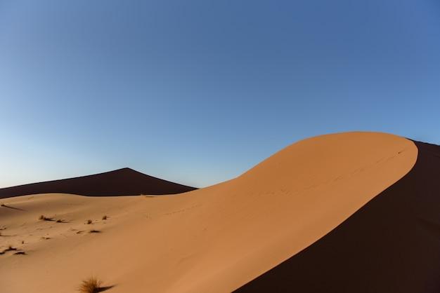 Shot van de duinen in de woestijn van de sahara, marokko