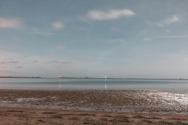 Shot van de kalme zee vanaf het strand sandsfoot in dorset, verenigd koninkrijk