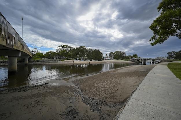 Shot van de mooloolaba-rivier in de australische buitenwijken