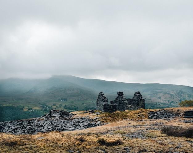 Shot van de ruïnes van een gebouw op de top van de heuvel