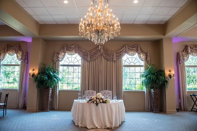 Shot van de tafel van de bruid en bruidegom bij de huwelijksreceptie