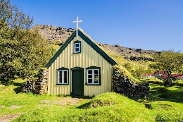 Shot van de typische ijslandse kerk, ijsland hofskirkja, hof iceland